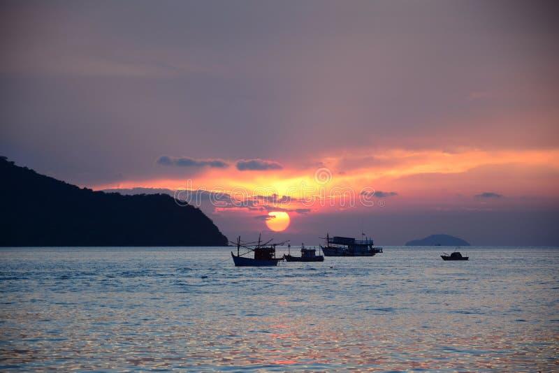 Puesta del sol por paisaje marino foto de archivo
