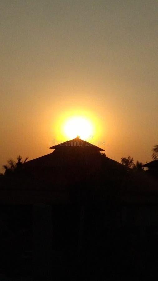 Puesta del sol preciosa con muchas capas del colourfull imagen de archivo libre de regalías