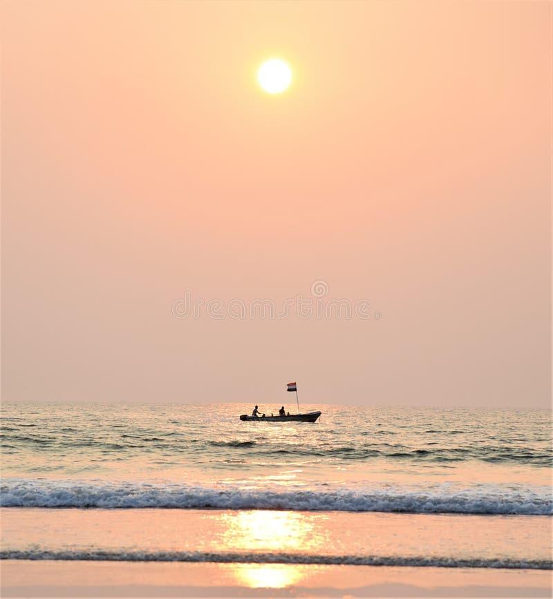 Puesta del sol preciosa sobre el mar