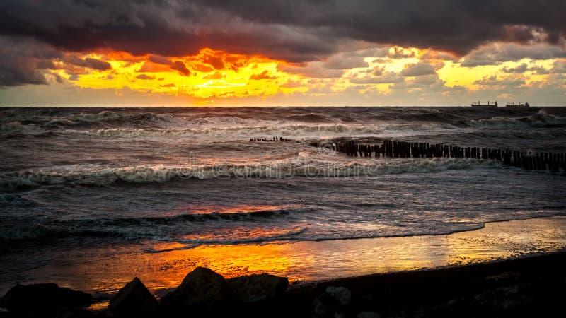 Puesta del sol Puesta del sol hermosa el Mar Negro Puesta del sol del mar del oro Mar de la imagen imagen de archivo