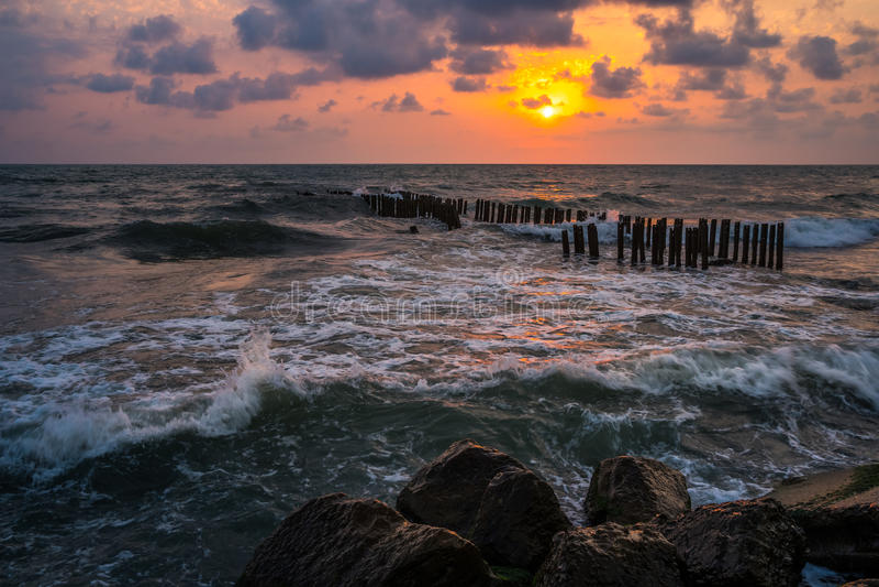 Puesta del sol Puesta del sol hermosa el Mar Negro Puesta del sol del mar del oro Mar de la puesta del sol fotografía de archivo