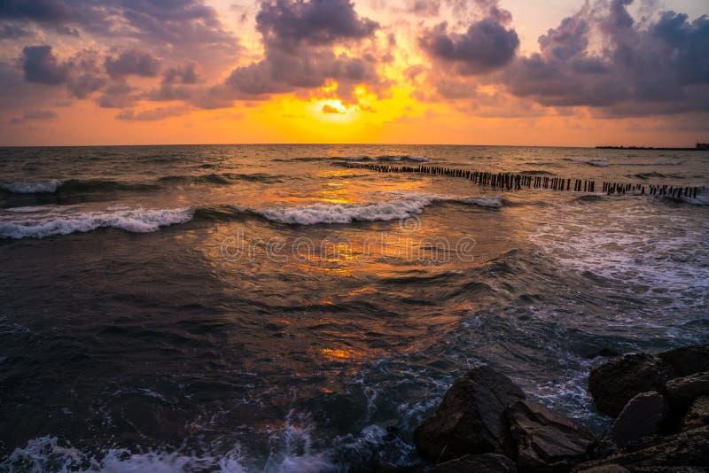 Puesta del sol Puesta del sol hermosa el Mar Negro Puesta del sol del mar del oro Mar de la puesta del sol fotos de archivo libres de regalías