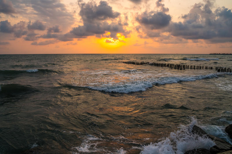 Puesta del sol Puesta del sol hermosa el Mar Negro Puesta del sol del mar del oro Mar de la puesta del sol imágenes de archivo libres de regalías