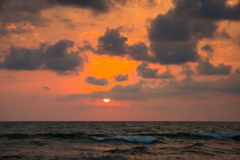 Puesta del sol Puesta del sol hermosa el Mar Negro Puesta del sol del mar del oro Mar de la puesta del sol imagen de archivo libre de regalías