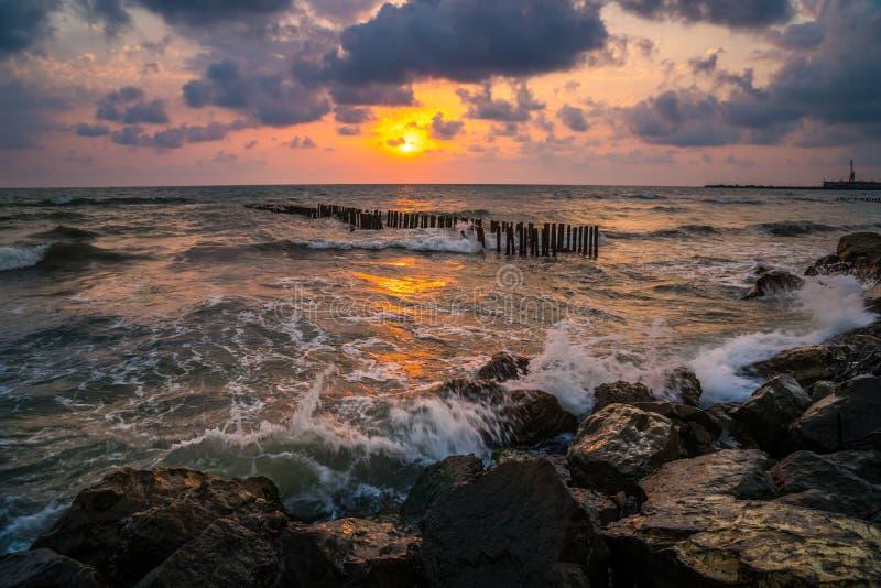 Puesta del sol Puesta del sol hermosa el Mar Negro Puesta del sol del mar del oro Mar de la puesta del sol foto de archivo libre de regalías