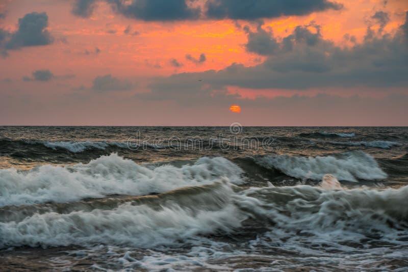 Puesta del sol Puesta del sol hermosa el Mar Negro Puesta del sol del mar del oro Mar de la puesta del sol imagenes de archivo
