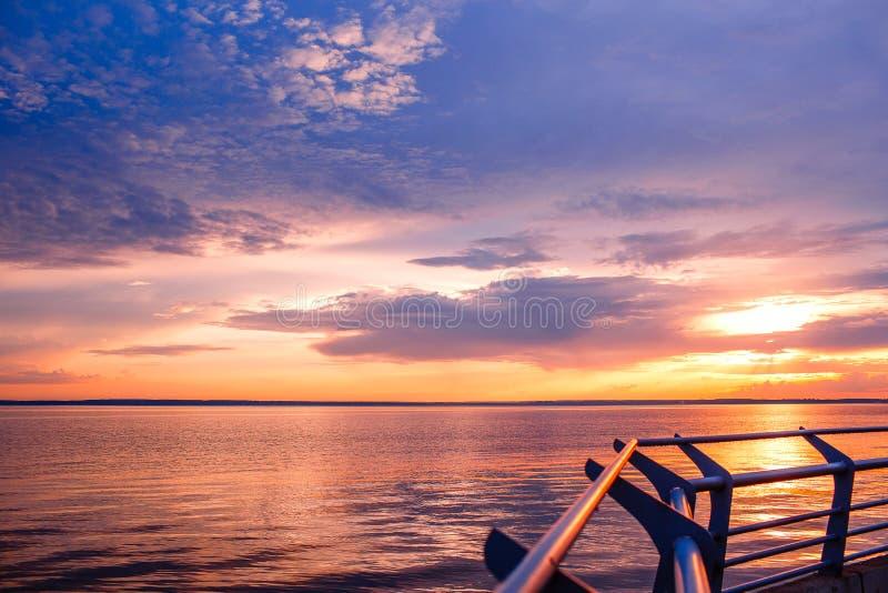 Puesta del sol Puesta del sol hermosa sobre el mar Sunet del lago Puesta del sol impresionante de la puesta del sol asombrosa Ond fotografía de archivo libre de regalías