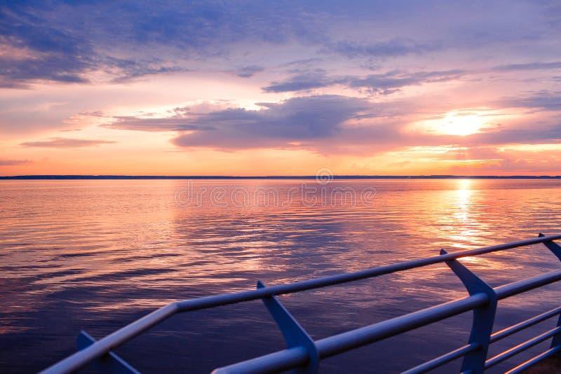 Puesta del sol Puesta del sol hermosa sobre el mar Sunet del lago Puesta del sol impresionante de la puesta del sol asombrosa Ond imagen de archivo