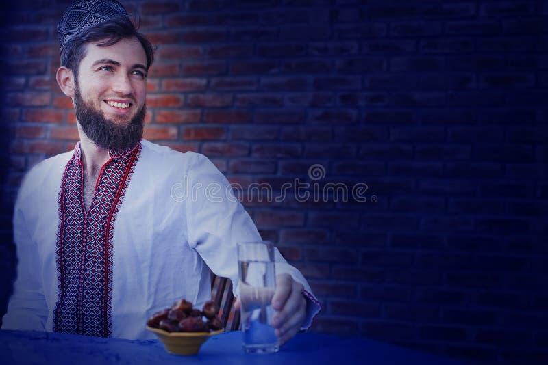 Puesta del sol que espera del hombre para en el Ramadán
