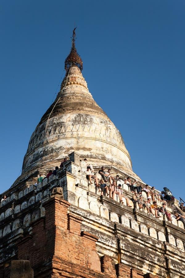 Puesta del sol que mira, pagoda de Shwesandaw, Bagan imagenes de archivo