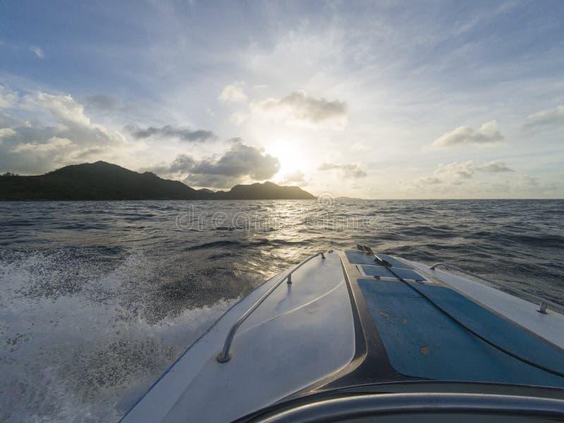 Puesta del sol que navega el arround Seychells fotografía de archivo