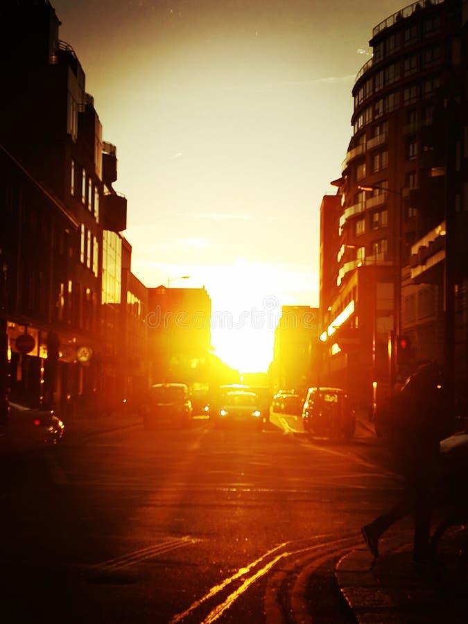 Puesta del sol que se rompe adentro fotografía de archivo libre de regalías