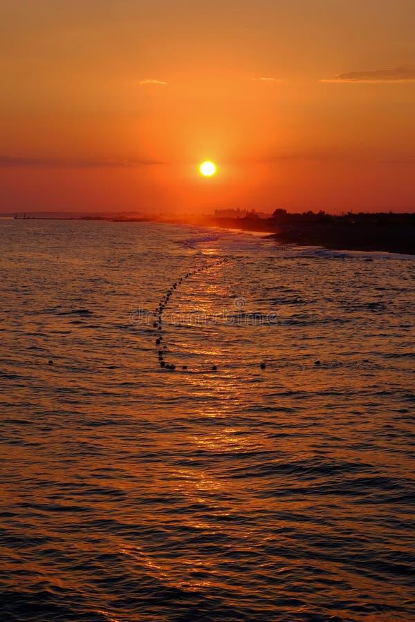 Puesta del sol que sorprende en el mar en Turquía fotos de archivo libres de regalías