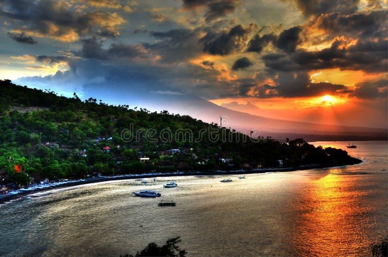 Puesta del sol que sorprende en la isla de Bali imagenes de archivo