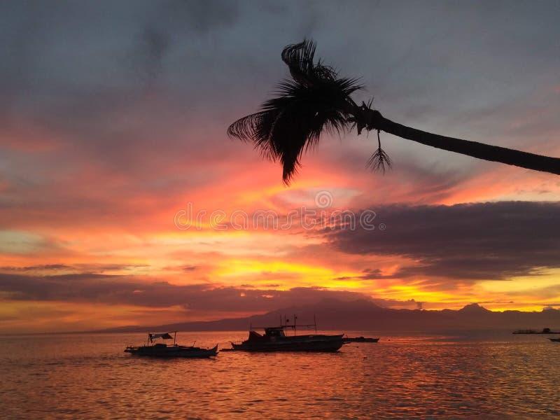 Puesta del sol que sorprende en la isla Filipinas de Siquijor de la playa de Paliton imagen de archivo