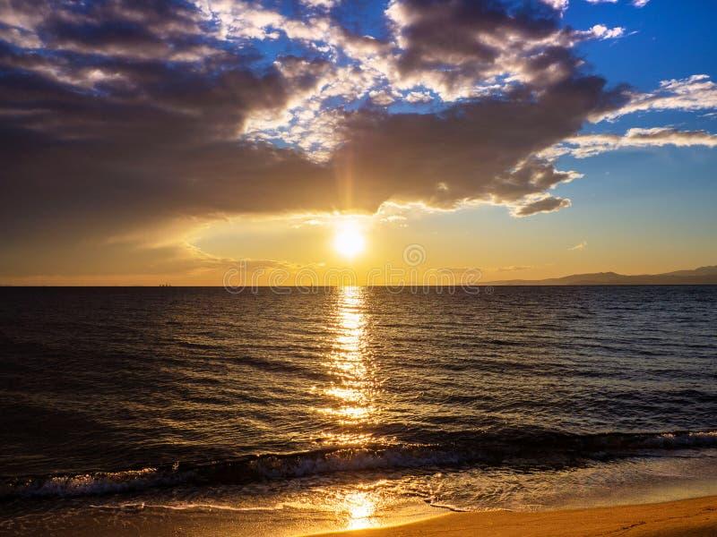 Puesta del sol que sorprende en la playa hermosa foto de archivo