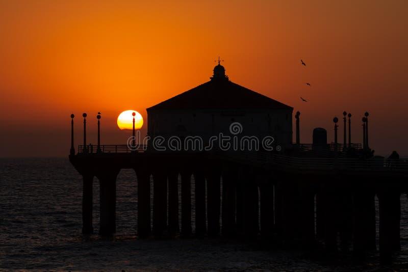 Puesta del sol que sorprende sobre la costa oeste en Manhattan Beach Calif fotografía de archivo