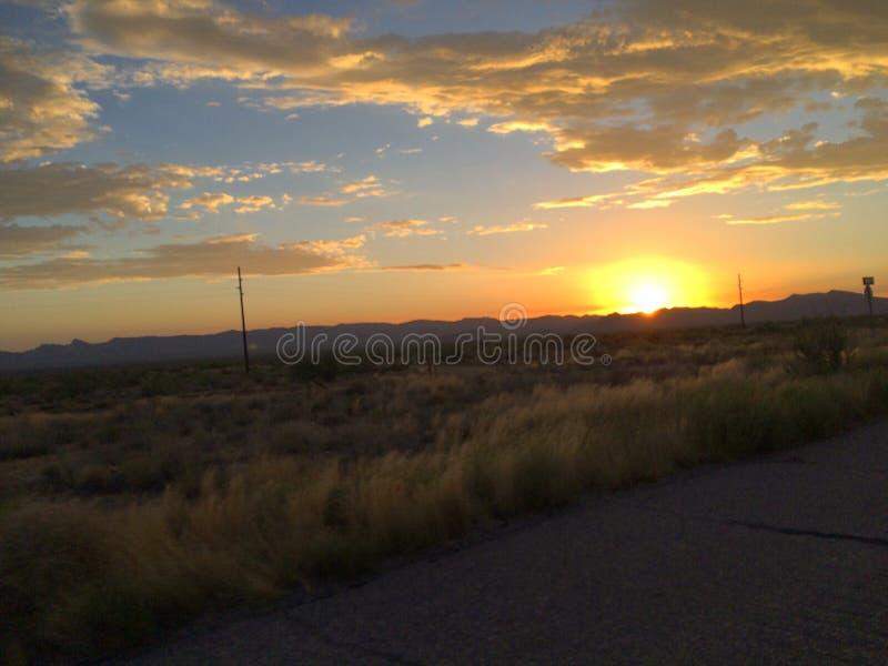 Puesta del sol que vuelve a casa fotografía de archivo libre de regalías