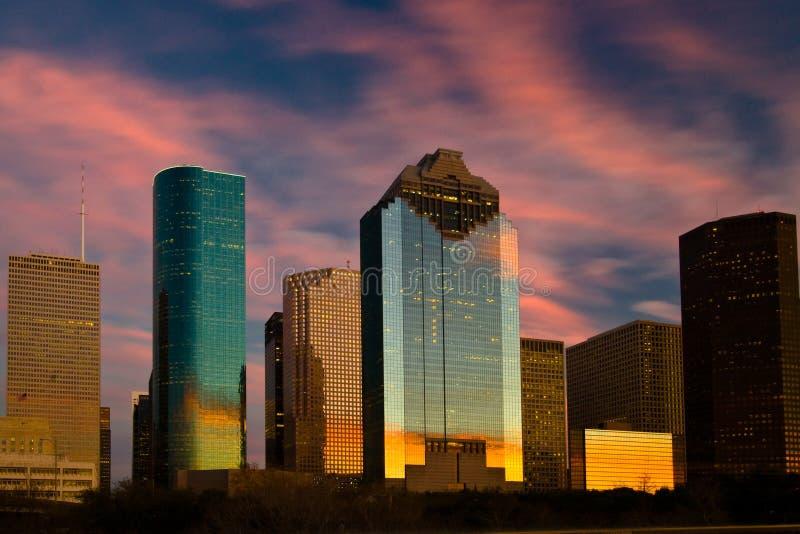Puesta del sol reflectora del horizonte de la ciudad fotografía de archivo libre de regalías