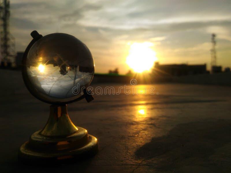 Puesta del sol reversa a través del globo fotografía de archivo