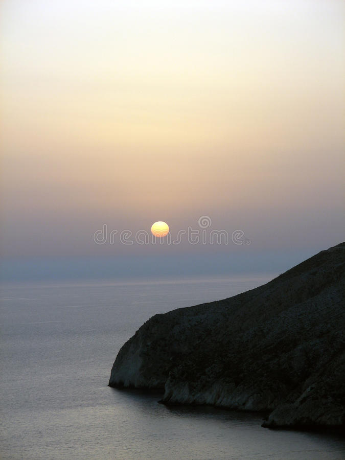 Puesta Del Sol. Roca En El Mar Jónico Imágenes de archivo libres de regalías
