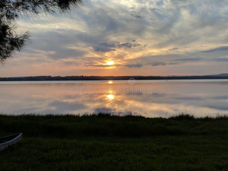 Puesta del sol rocosa del lago foto de archivo libre de regalías