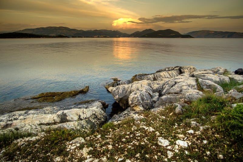 Puesta del sol rocosa en el mar imagen de archivo libre de regalías