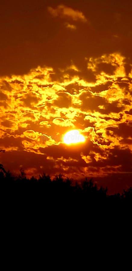 Puesta del sol roja brillante fotos de archivo