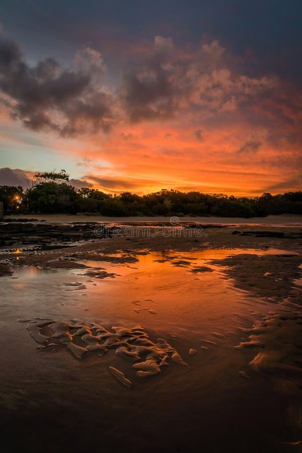 Puesta del sol roja brillante sobre Fraser Island en Queensland, Australia imagenes de archivo