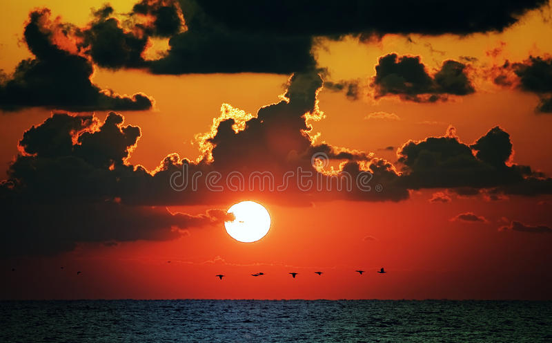 Puesta del sol roja del océano imagenes de archivo