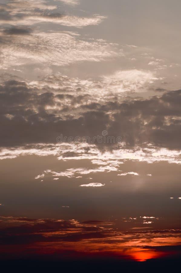 Puesta del sol roja dramática fotos de archivo libres de regalías