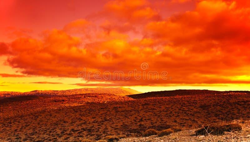 Puesta del sol roja dramática en el desierto imágenes de archivo libres de regalías