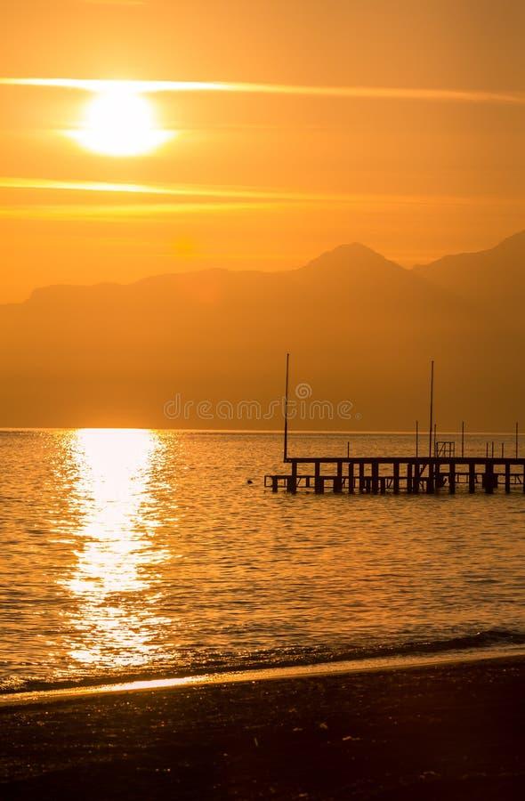 Puesta del sol roja en Antalya. imagen de archivo