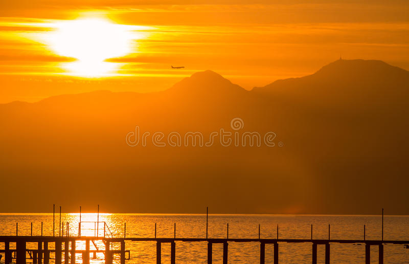 Puesta del sol roja en Antalya. fotos de archivo