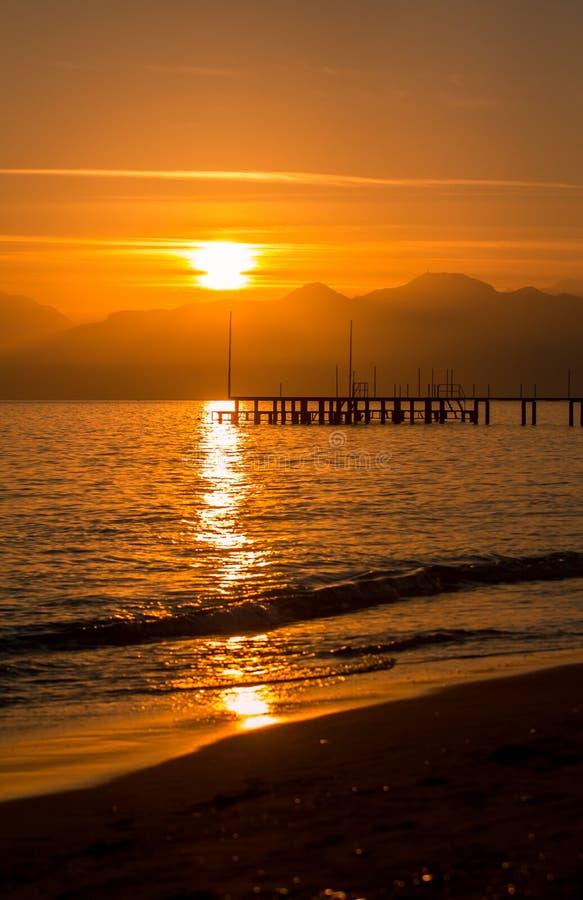 Puesta del sol roja en Antalya. foto de archivo libre de regalías