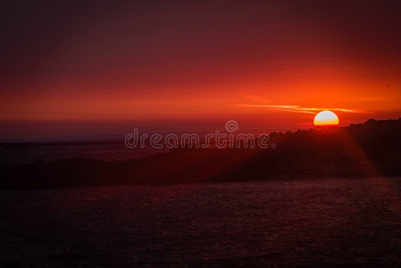 Puesta del sol roja en Erdeven en la región de Bretaña en Francia fotografía de archivo libre de regalías