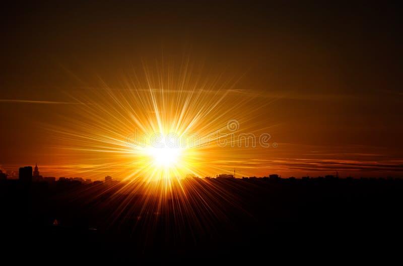 Puesta del sol roja en una ciudad fotos de archivo
