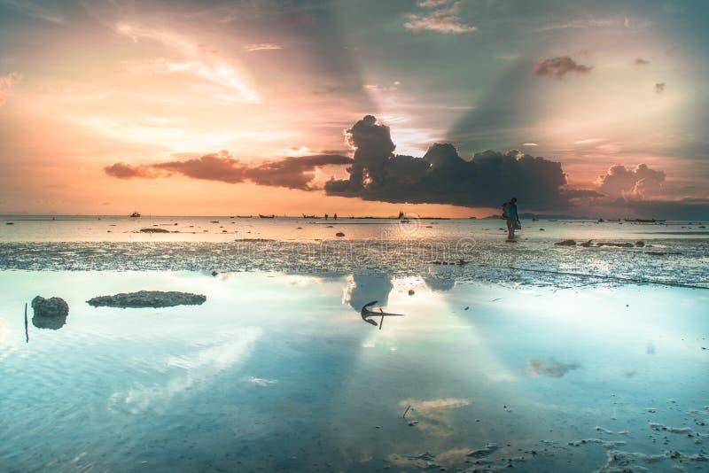Puesta del sol roja hermosa sobre el mar imagen de archivo libre de regalías