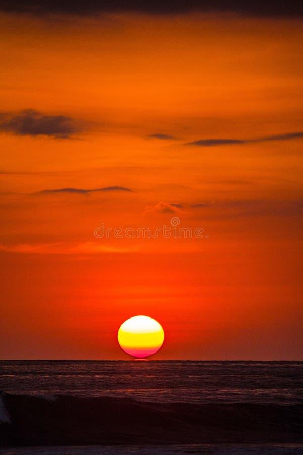 Puesta del sol roja hermosa sobre el océano imagen de archivo