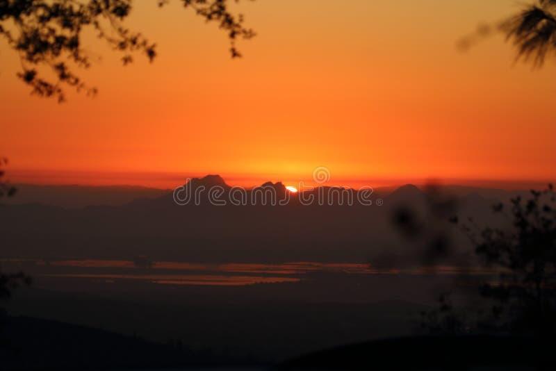 Puesta del sol roja hermosa tomada de la línea de la playa de Davenport imagen de archivo
