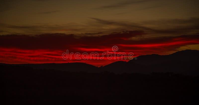 Puesta del sol roja sobre ciudad de las rosas fotografía de archivo