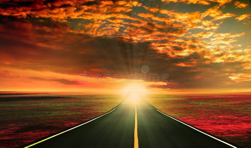 Puesta del sol roja sobre el camino imagen de archivo libre de regalías