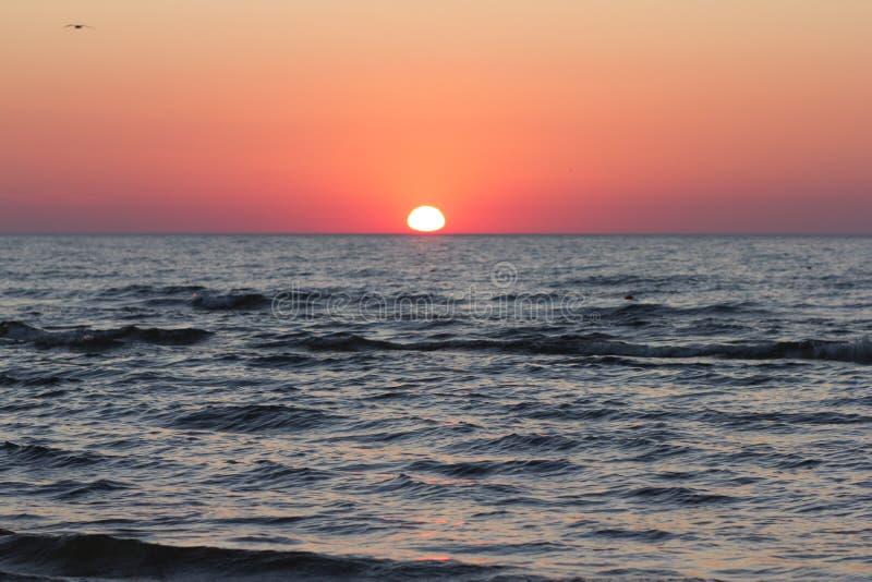 Puesta del sol roja sobre el mar Báltico fotos de archivo
