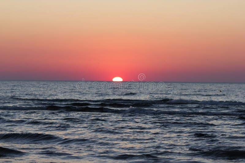 Puesta del sol roja sobre el mar Báltico fotografía de archivo