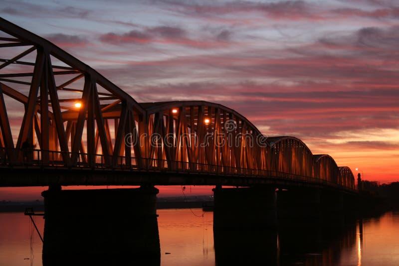 Download Puesta Del Sol Roja Sobre El Puente Foto de archivo - Imagen de largo, foto: 7151056