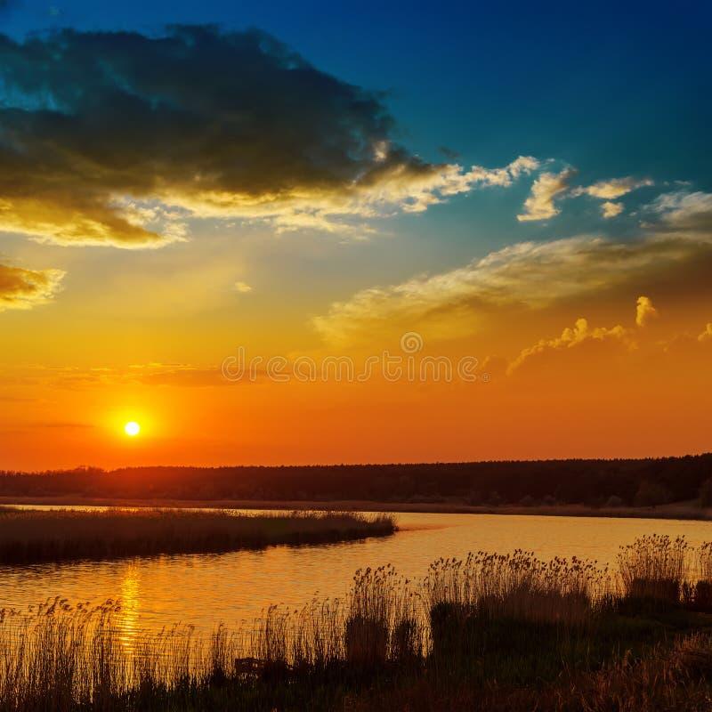 Puesta del sol roja sobre el río fotografía de archivo libre de regalías