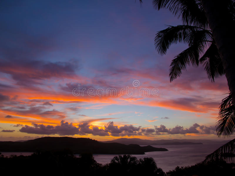 Puesta del sol roja sobre las islas de Whitsunday, Australia imagenes de archivo