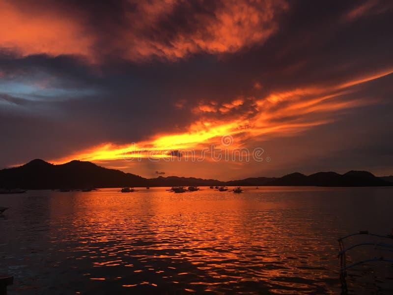 Puesta del sol roja y anaranjada fotos de archivo libres de regalías