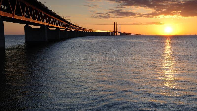 Puesta del sol romántica cerca del puente foto de archivo
