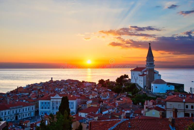 Puesta del sol romántica sobre Piran Eslovenia imagen de archivo